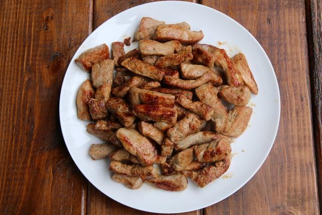 Guarde el lomo de cerdo salteado en un plato caliente