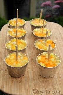 Preparando paletas o helados de frutas tropicales
