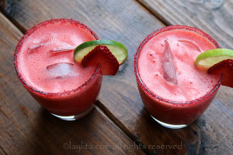Adorne los vasos o copas con rodajas de fresa y limon