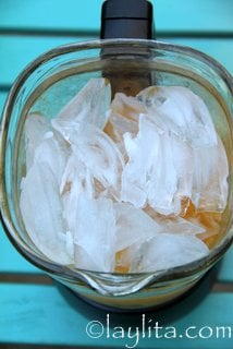 Agregue tequila, licor de naranja y hielo