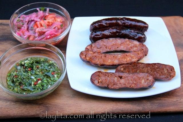 Chorizos asados y salsas para choripan