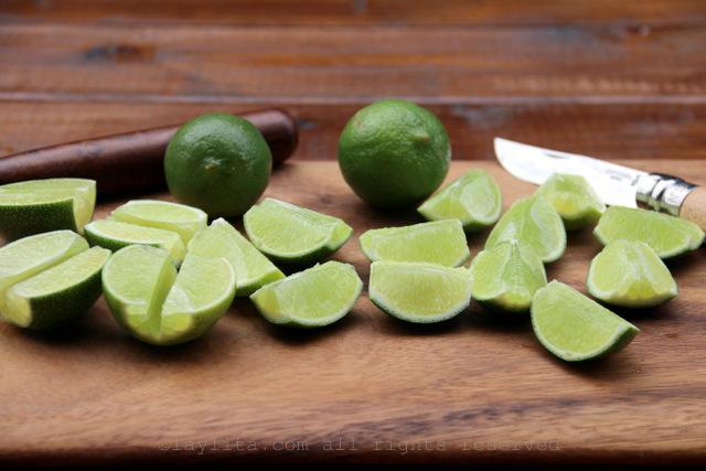 Corte los limones y saqueles la medula o parte blanca