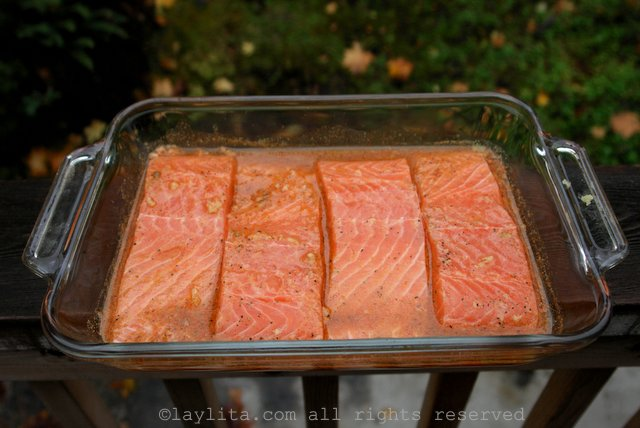 Marinando el salmon antes de cocinarlo