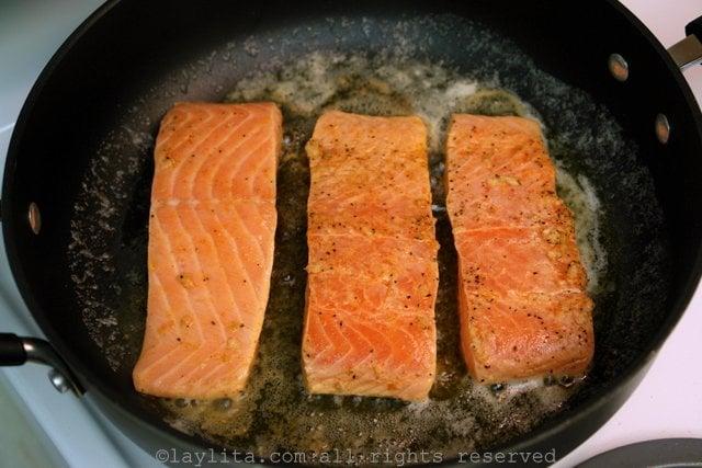 Cocinar el pescado al sarten con mantequilla o aceita