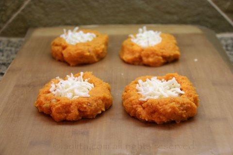 Haga un agujero en el medio de cada bola y rellenelo con queso o quesillo