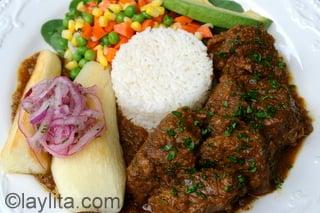 Seco de borrego con arroz, yuca y ensalada