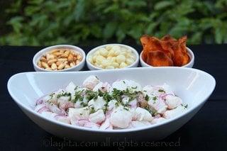 Sirva el cebiche de pescado con choclo, maiz cancha y chifles de camote
