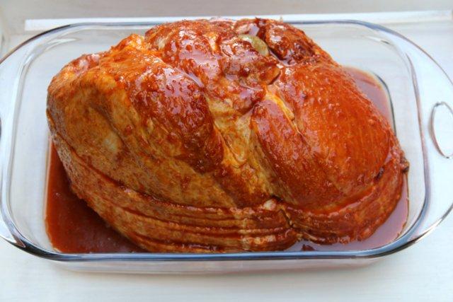 Vierta la mitad de la salsa de naranja sobre el jamon