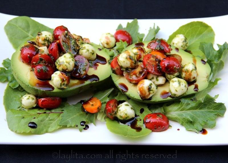 Aguacate relleno de tomate y mozzarella capresa
