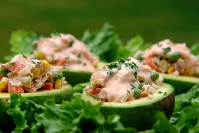 Aguacates rellenos con atun - ensaladas de verano