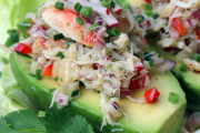 Aguacates rellenos con ensalada de cangrejo
