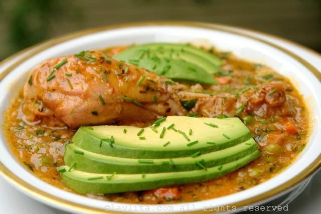 El aguado de gallina o pollo es una sopa espesa preparada con pollo, arroz, papas, cebollas, tomates, pimientos, zanahorias, arvejas, hierbas y especias.