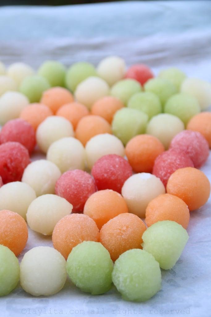 Bolas de melon congeladas como cubos de hielo