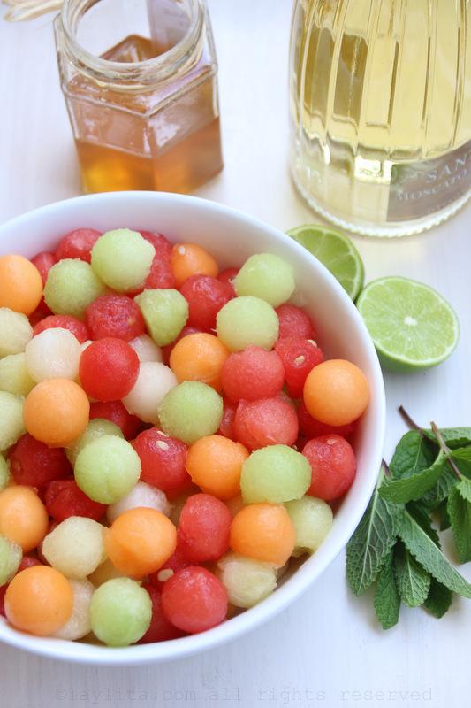 Bolitas de melon, limon, menta, miel, y vino moscato