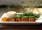 Brochetas o pinchos de atun con salsa verde