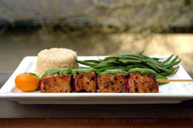 Brochetas o pinchos de atún con salsa verde