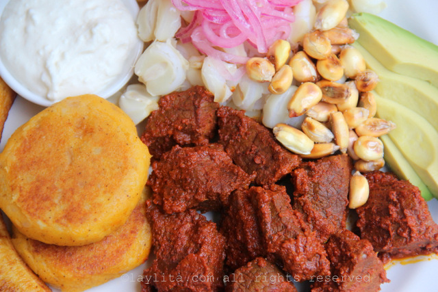 Carne colorada o carne adobada con achiote