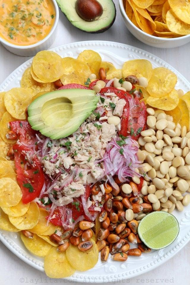 Ceviche con atún, tomate, cebolla, aguacate, chifles de platano, chochos, y maiz tostado