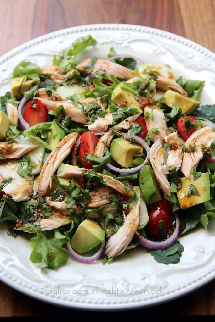 Ensalada de pollo con aderezo de vinagre balsamico y cilantro