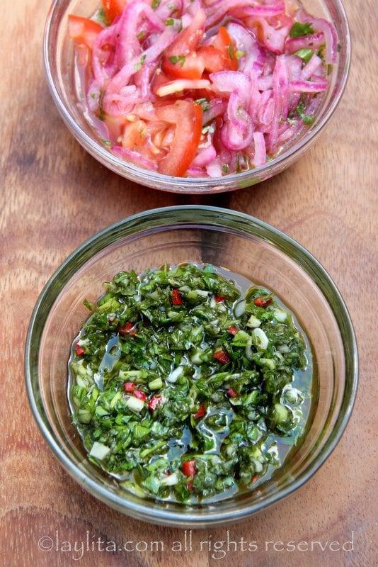 Chimichurri y curtido de cebolla y tomate para choripan