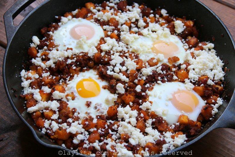 Chorizo, platanos maduros y huevos fritos
