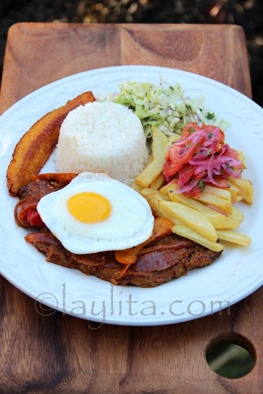 Churrasco de carne con huevo frito
