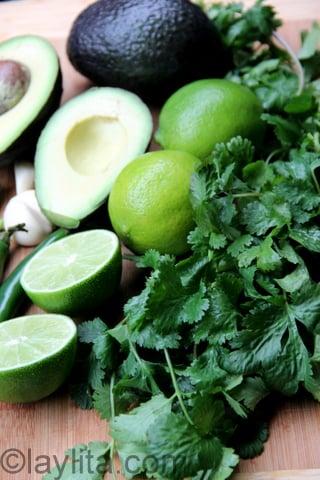 Cilantro, limones y aguacates