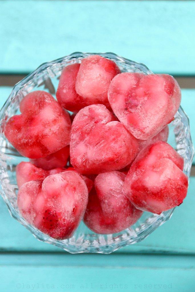 Cubos o corazones de hielo con fresas