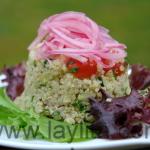Ensalada de quinua con cebollas encurtidas