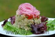 Ensalada de quinua con cebollas curtidas