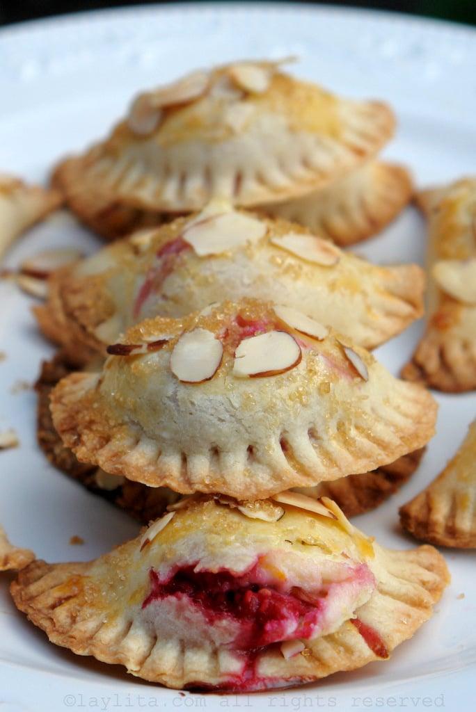 Empanaditas dulces con relleno de frutas y queso