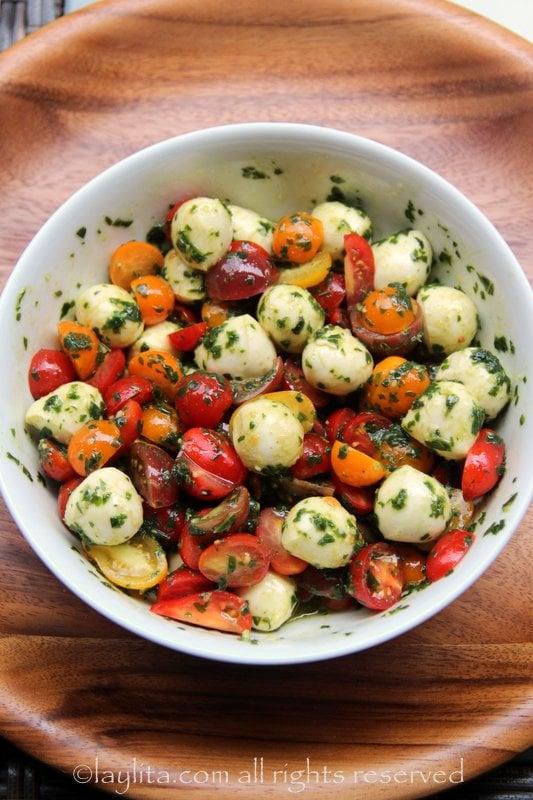 Ensalada caprese con tomates cherry
