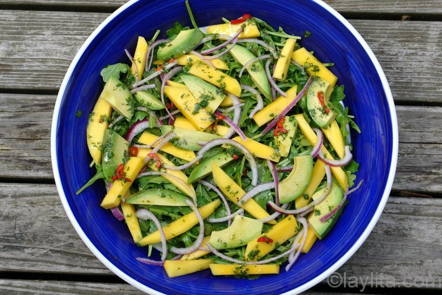 Ensalada de rúcula con aguacate y mango