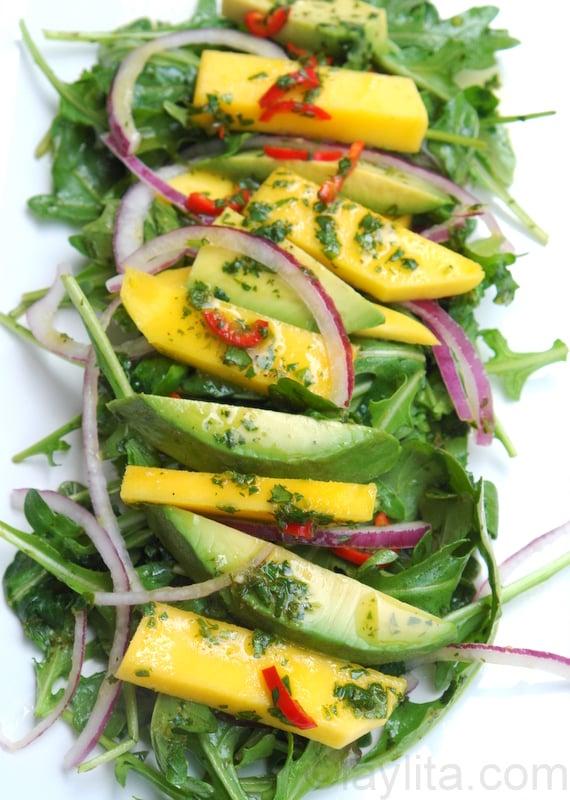 Ensalada de rucula o arugula con mango y aguacate