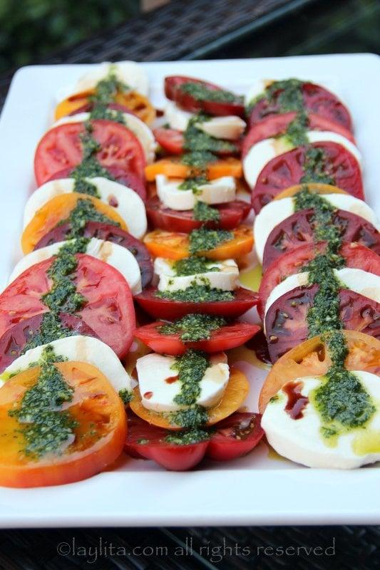 Ensalada de tomate y mozzarella con aceite de albahaca