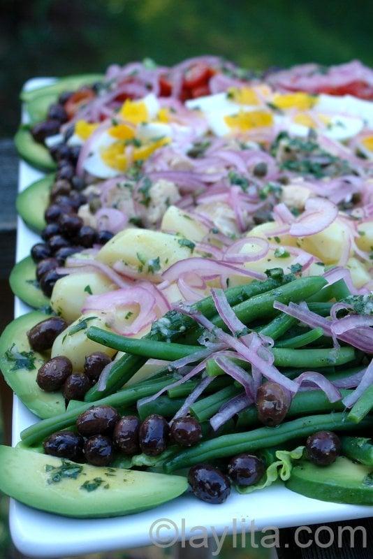 Ensalada nicoise con sabor latino