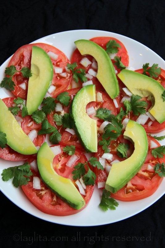 Ensalada sencilla de aguacate, tomate y cebolla