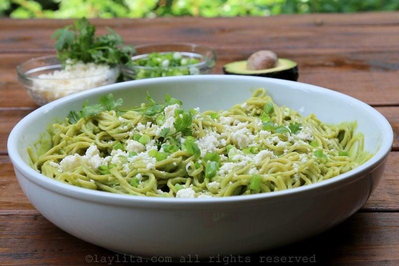 Espaguetis o tallarines con aguacate