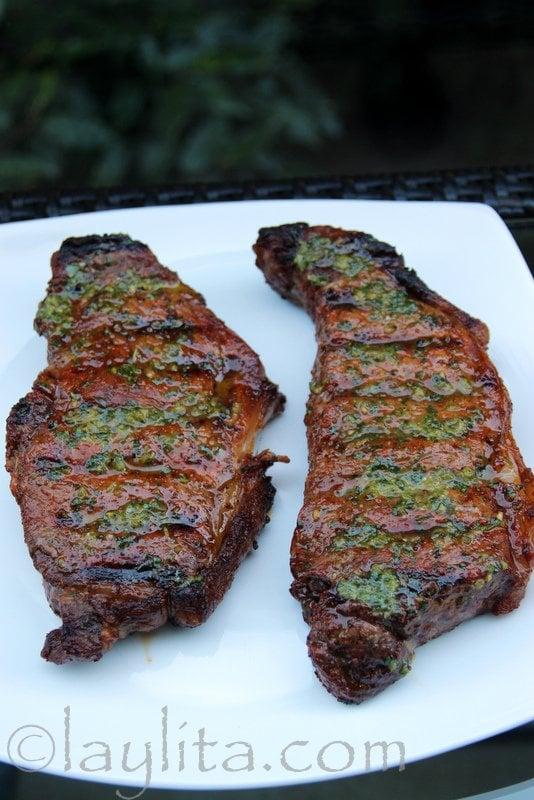 Filete o bistec asado a la parrilla con salsa de jalapeño