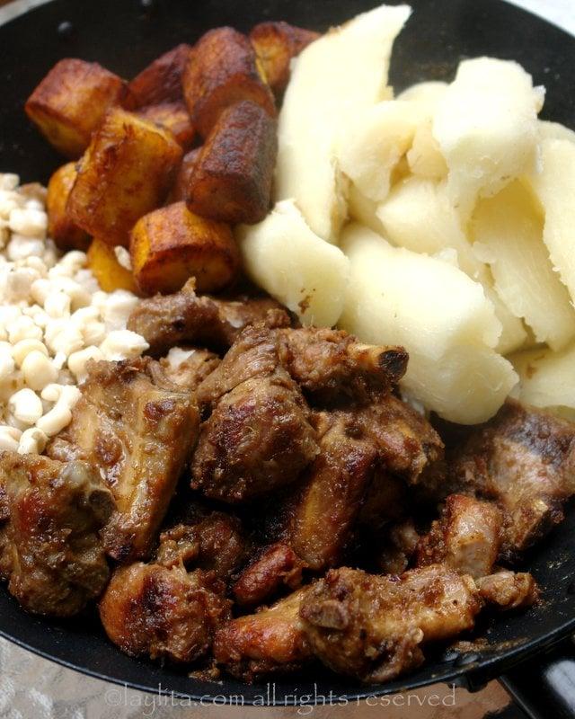 Fritada de chancho o cerdo con platanos, yuca y mote