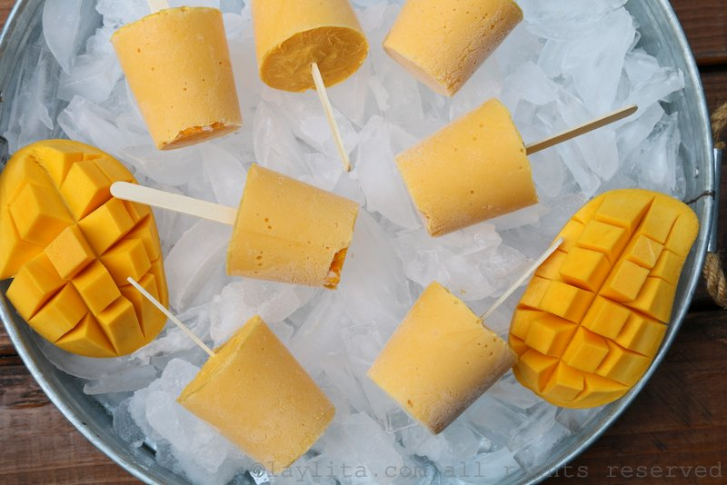 Helados o paletas de mango y yogurt