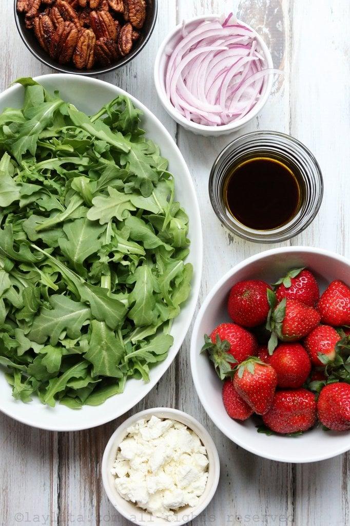 Ingredientes para la ensalada de fresas y queso de cabra con rúcula