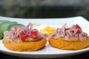 Llapingachos ecuatorianos o tortillas de papas rellenas con queso