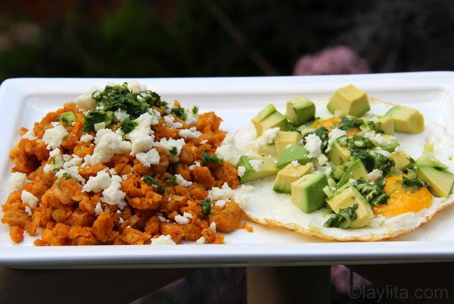 Majado de platano verde con huevo frito, queso fresco, aguacate y aji criollo