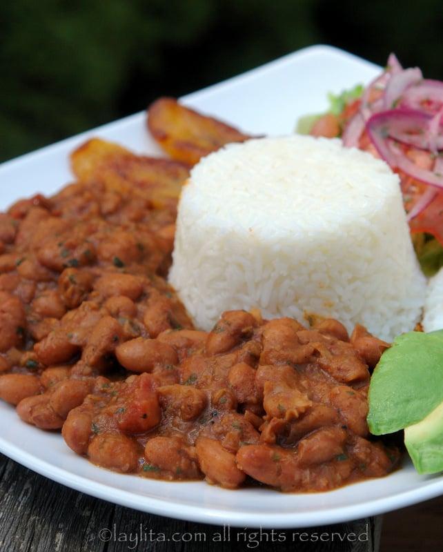 Menestra de poroto con arroz , platanos y aguacate