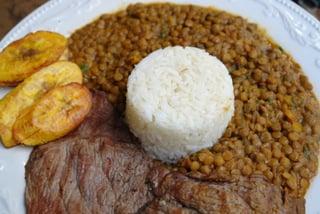 Menestra de lentejas con carne, arroz y platano