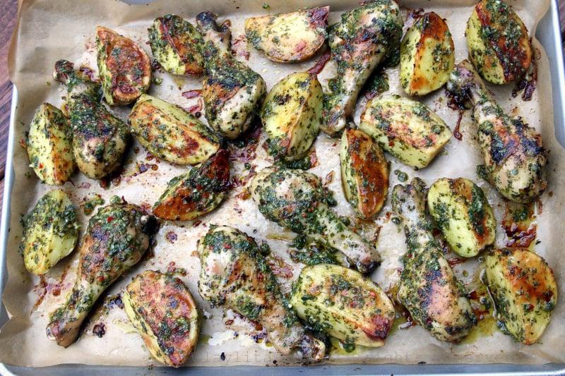 Muslos de pollo asados con papas y chimichurri
