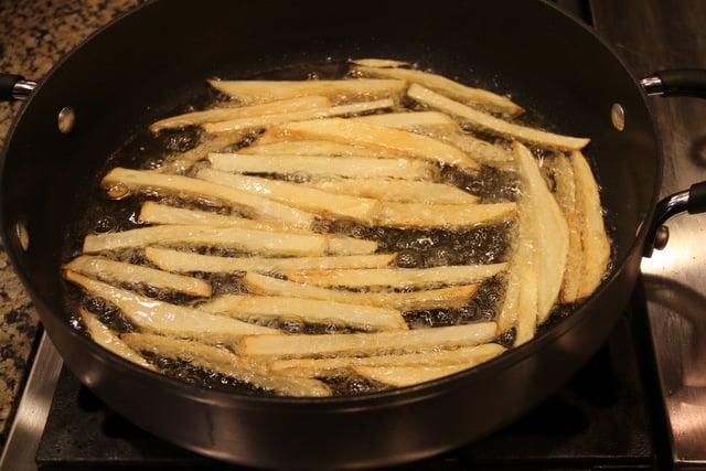 Fria las papas, dos veces, en aceite caliente