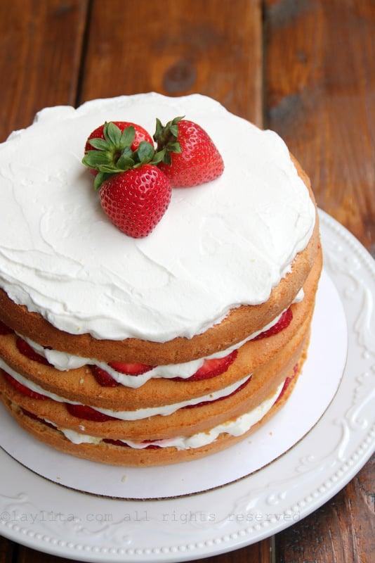 Pastel de capas con fresas y crema