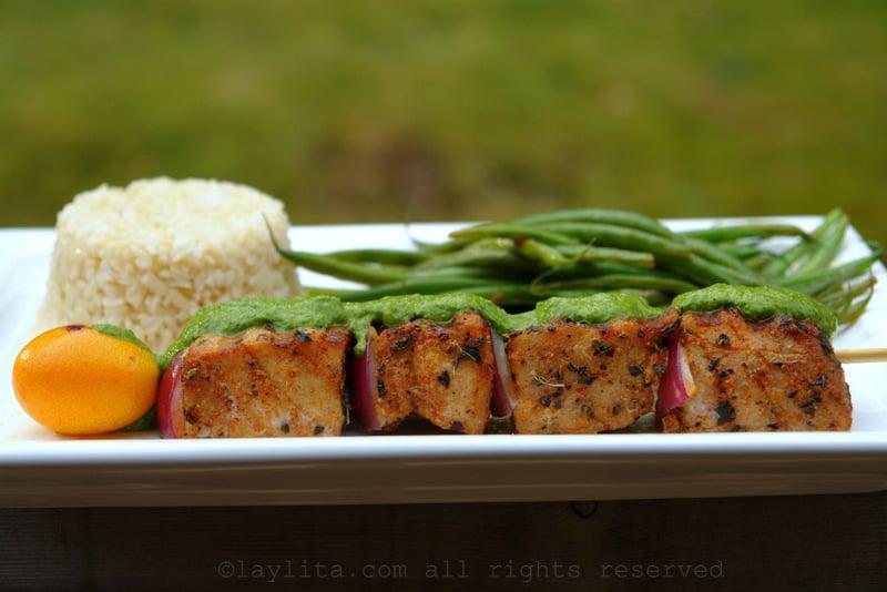 Pinchos de atún con salsa verde